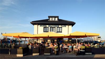Zonnig terras op de Haven van Oudeschild